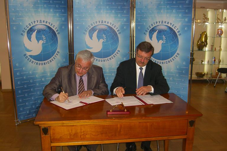 183. Head of Rossotrudnichestvo K.I. Kosachev and MPEI Rector N.D. Rogalev signing the Agreement