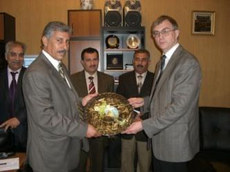 40. Rector of Anbar University professor Khall Ibrahim Al-Dulemi presents the souvenir to MPEI