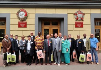 83. Foreign MPEI alumni near the main building of MPEI